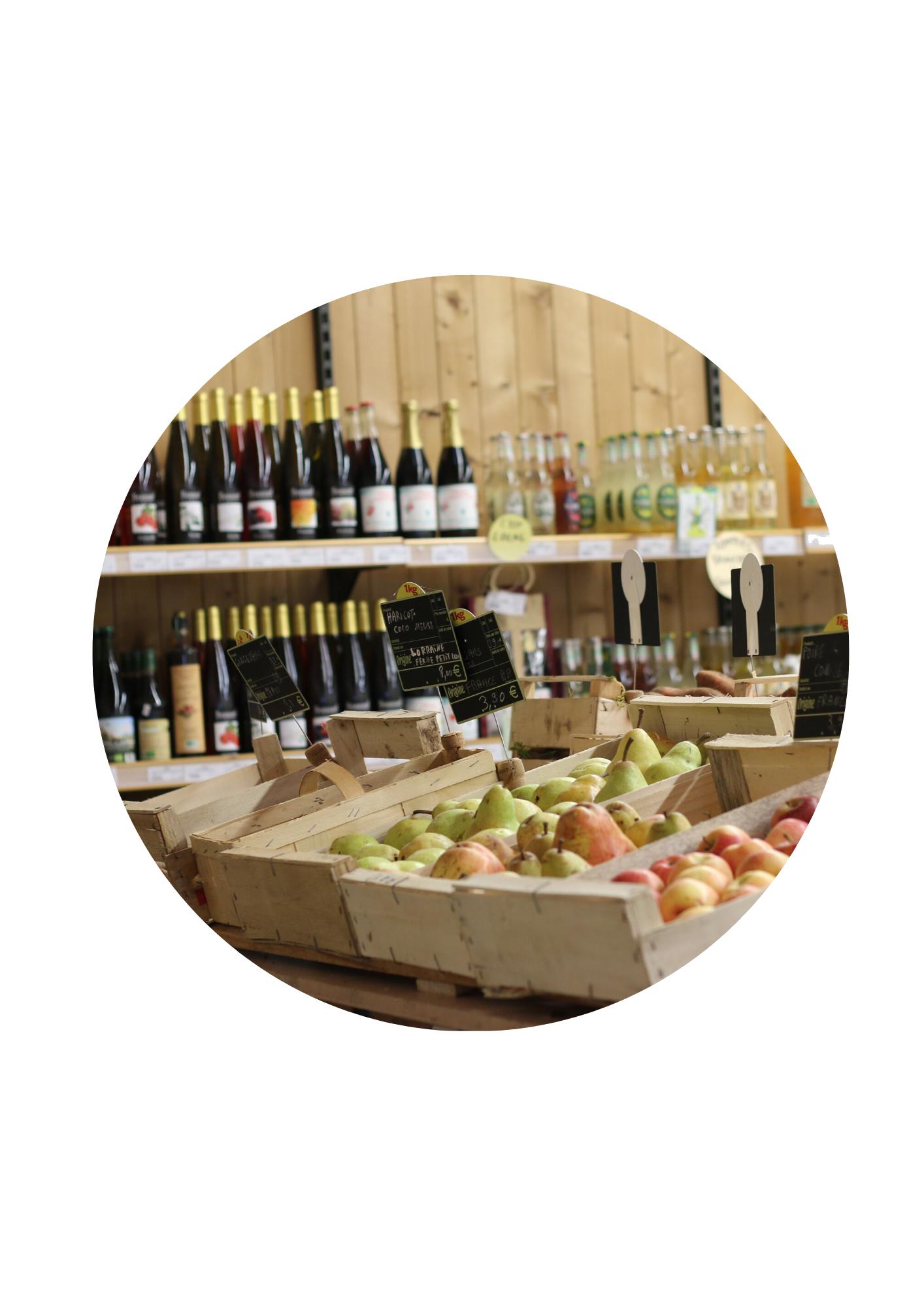 L'espace épicerie, avec les fruits frais et les boissons